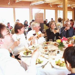 Catering Geburtstagsfest lachende Gäste
