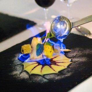 Früchtedessert auf Schiefertafel flambiert