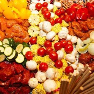 Fleisch und Gemüse für Grillbuffet