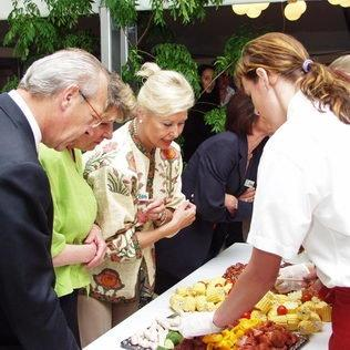 Geburtstagsfest-Gäste am Cateringbuffet